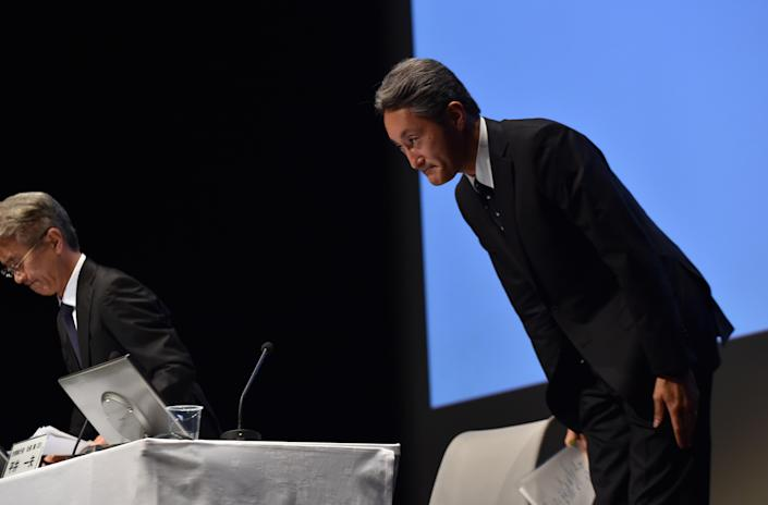 Japan's electronics giant Sony president Kazuo Hirai (R) and CFO Kenichiro Yoshida bow their heads as they announce the company will slash the company's staff count by 15%, at a press conference in Tokyo, on September 17, 2014 (AFP Photo/Yoshikazu Tsuno)