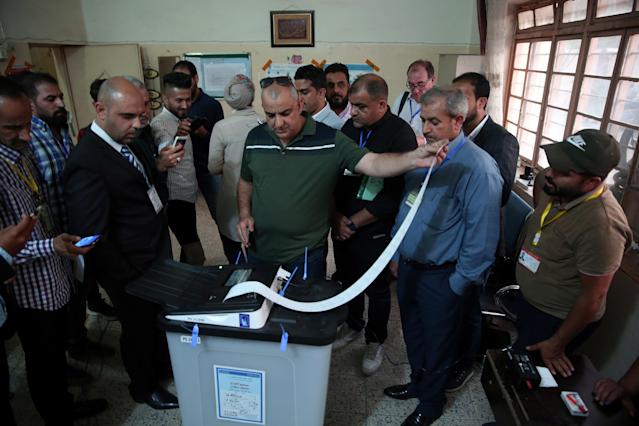<p>Iraq's Independent High Electoral Commission employee closes a ballot box at a polling station during the parliamentary election in Baghdad, Iraq, May 12, 2018. (Photo: Abdullah Dhiaa al-Deen/Reuters) </p>