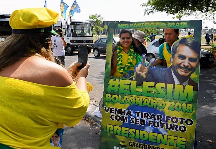 Supporters of far-right candidate Jair Bolsonaro during campaigning for Brazil's presidential election, on October 6, 2018 (AFP Photo/EVARISTO SA)
