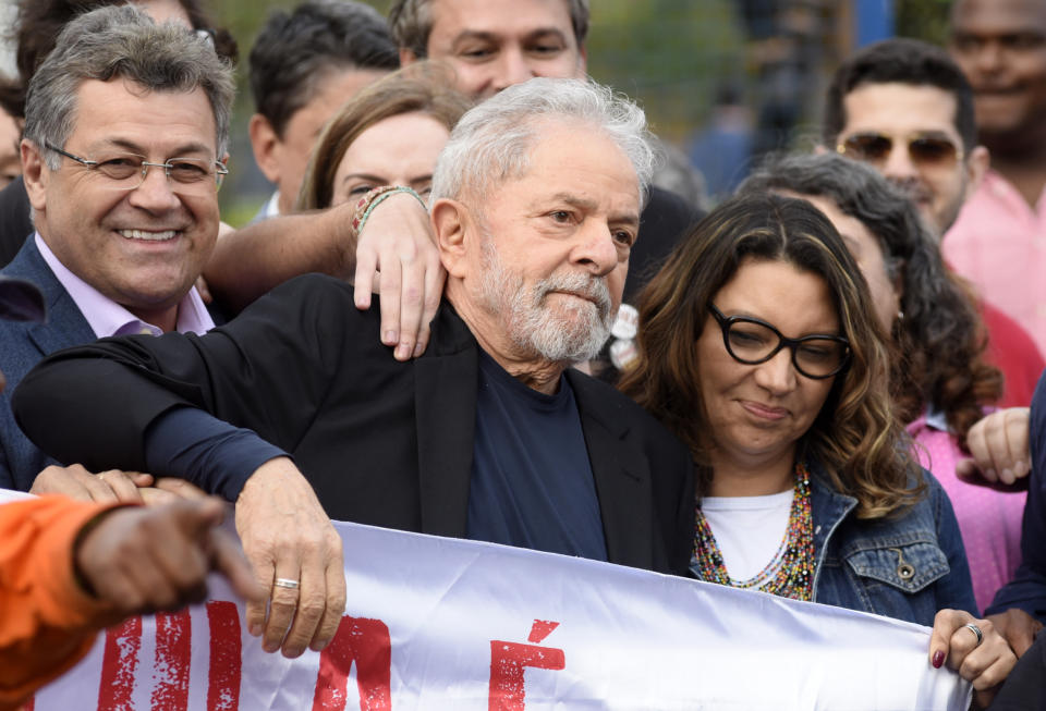 Former Brazilian President Luiz Inacio Lula da Silva (C) leaves the Federal Police Headquarters, where he was serving a sentence for corruption and money laundering, next to his girlfriend Rosangela da Silva (R), in Curitiba, Parana State, Brazil, on November 8, 2019. - A judge in Brazil on Friday authorized the release of ex-president Luiz Inacio Lula da Silva, after a Supreme Court ruling paved the way for thousands of convicts to be freed. (Photo by HENRY MILLEO / AFP) (Photo by HENRY MILLEO/AFP via Getty Images)