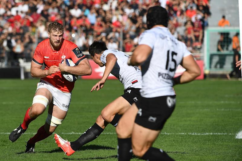 Saracens player George Kruis (L) vies for the ball with RC Toulon's French flyhalf Francois Trinh-Duc (C) and RC Toulon's Welsh fullback Leigh Halfpenny (R) during the European Champions Cup rugby union match between Toulon and Saracens at the Mayol stadium in Toulon on October 15, 2016. (AFP Photo/BORIS HORVAT)