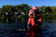 Haitian migrants cross the Rio Grande river that separates Mexico and the United States (AFP/PEDRO PARDO)
