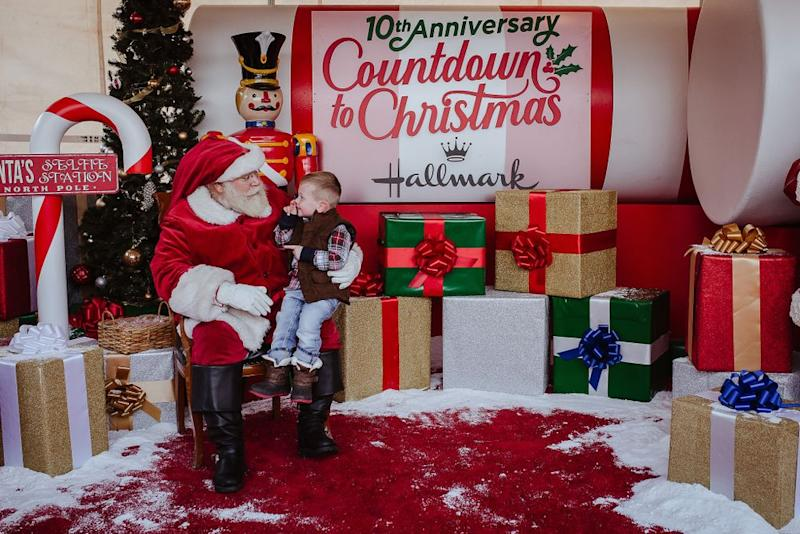 Santa Claus greets a child | Erin Roh Photography