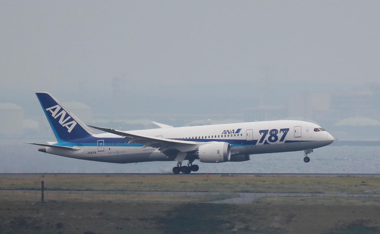 An All Nippon Airways' (ANA) Boeing Co's 787 Dreamliner plane, which flew from Sapporo in Northern Japan, lands at Haneda airport in Tokyo May 26, 2013.   REUTERS/Yuya Shino/File Photo