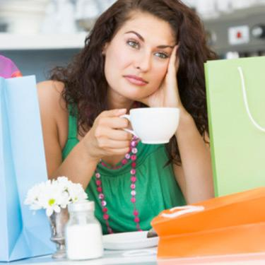 Young-woman-with-shopping-bags-drinking-tea_web