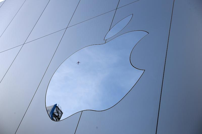 SAN FRANCISCO, CA - FEBRUARY 01: The Apple logo is displayed on the exterior of an Apple Store on February 1, 2018 in San Francisco, California. Apple will report quarterly earnings after the closing bell. (Photo by Justin Sullivan/Getty Images)