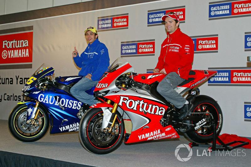 """Valentino Rossi y Carlos Checa, Gauloises Fortuna Yamaha, 2004<span class=""""copyright"""">Gold and Goose / Motorsport Images</span>"""