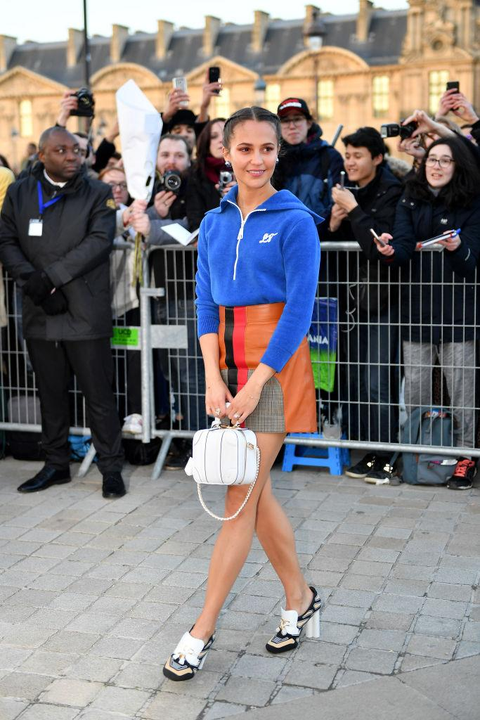 Juchée sur des mocassins à talons colonnades, qui ne sont pas sans rappeler celles du Louvre où se déroule le dernier défilé de la Paris Fashion Week, Alicia Vikander a rejoint sa place au front row du show Louis Vuitton. ©Getty Images