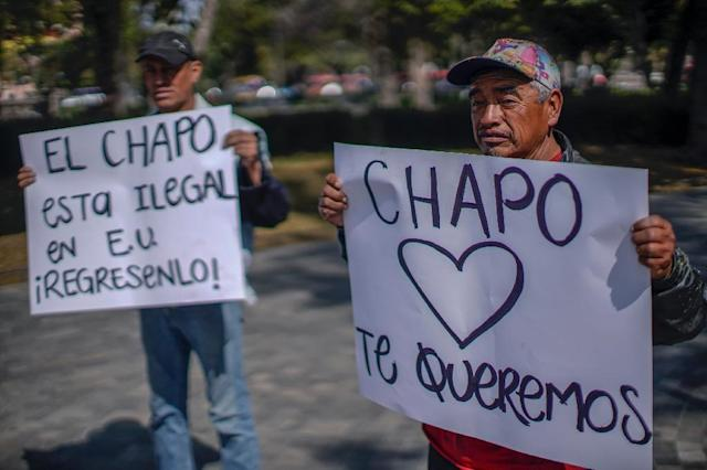 """People demonstrate in favor of Joaquin """"El Chapo"""" Guzman outside the Mexican foreign ministry (AFP Photo/Pedro PARDO)"""