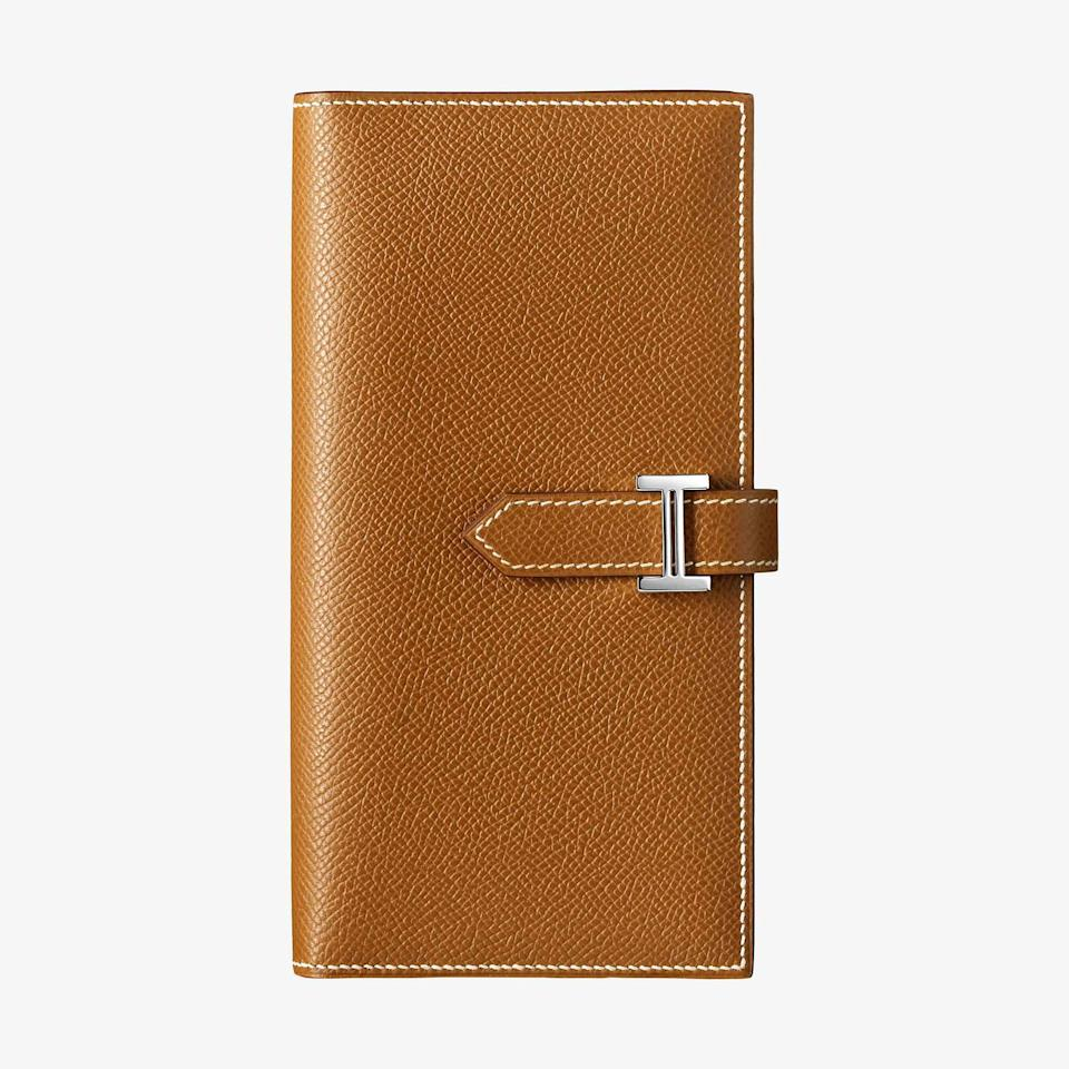 <p><span>This Hermes wallet with gusset in Epson calfskin comes with 5 credit card slots, 2 pockets and zipped change portion. The iconic palladium 'H' icon will charm anyone in its possession. </span> </p>