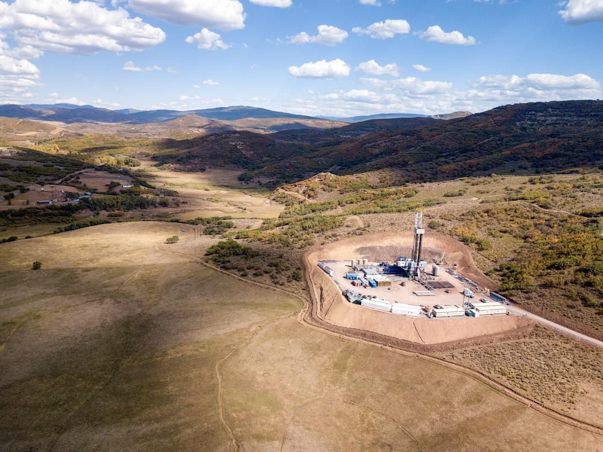 An aerial view of a hydraulic fracturing drill rig in Colorado. (Photo: grandriver via Getty Images)