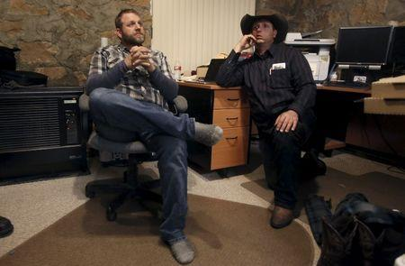 Ammon Bundy (L) and his brother Ryan Bundy talk in an office at the Malheur National Wildlife Refuge near Burns, Oregon, January 5, 2016. REUTERS/Jim Urquhart