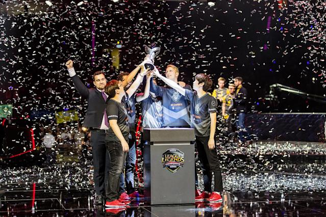 Zven and G2 hold the EU LCS finals trophy (Riot Games/Lolesports)
