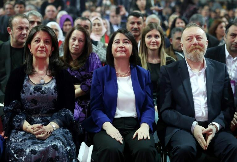 L'ex-coprésidente du parti pro-kurde HDP Serpil Kemalbay (au centre), entourée de ses successeurs Pervin Buldan (à gauche) et Sezai Temelli (à droite), le 11 février 2018 lors du congrès du parti à Ankara  New co-chairs of the pro-Kurdish Peoples' Democratic Party (HDP) Pervin Buldan (L) and Sezai Temelli (R) and outgoing co-chair  Serpil Kemalbay (C) attend the HDP congress in Ankara on February 11, 2018.Turkey's main pro-Kurdish party elected two new leaders on February 11, one of whom replaced its charismatic jailed co-chief Selahattin Demirtas, ahead of elections in 2019. Demirtas, the best-known face of the left-wing Peoples' Democratic Party (HDP), has been behind bars since November 2016, detained on terrorism charges, and faces a possible 142-year prison sentence