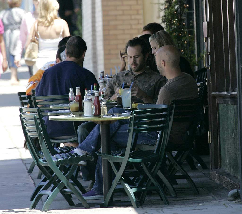 """""""My Name Is Earl"""" actor Jason Lee grabs a bite to eat with a friend. <a href=""""http://www.splashnews.com"""" target=""""new"""">Splash News</a> - June 21, 2007"""