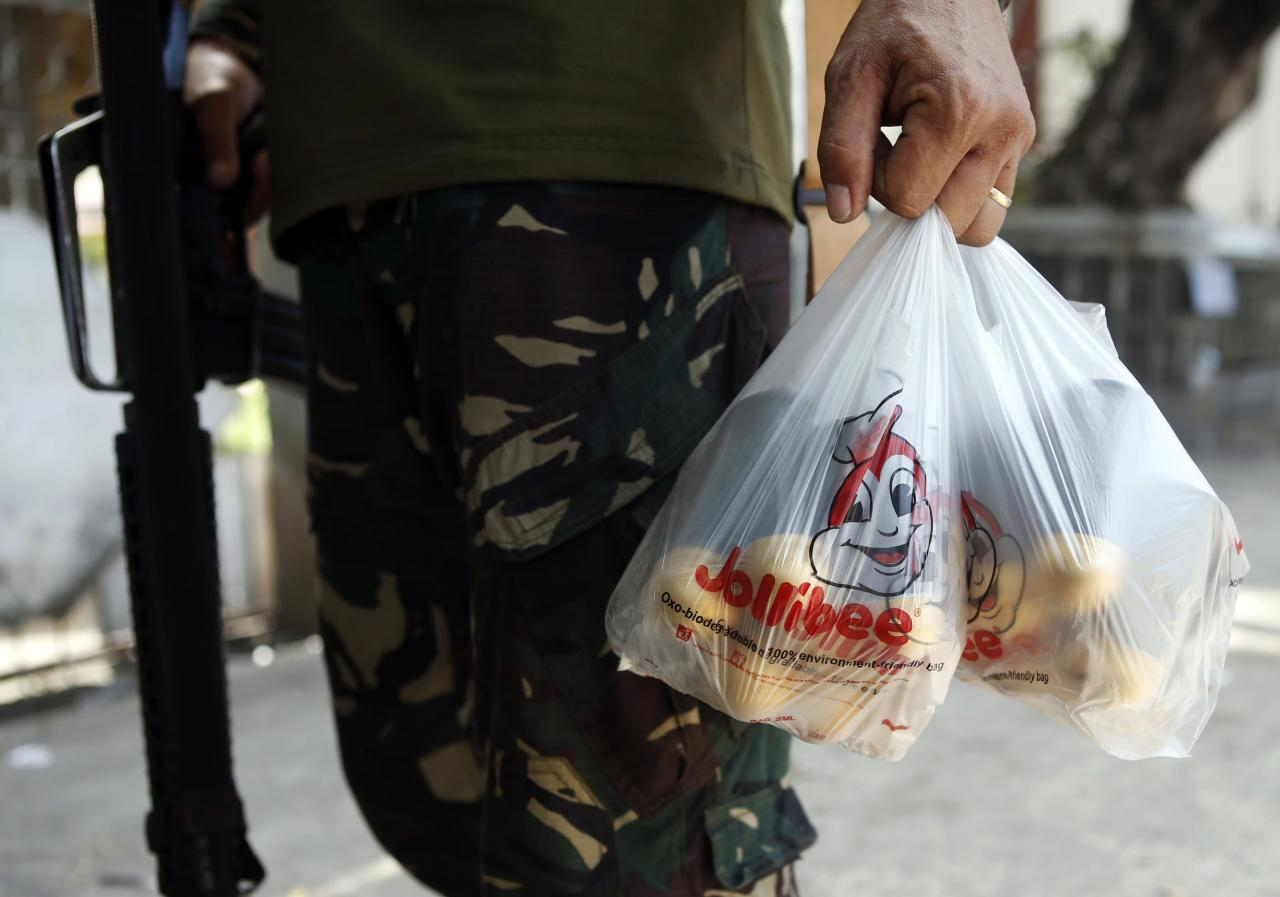 A government soldier carries a plastic bag containing grenade ammunitions for his comrades during a lull in fighting with Muslim rebels from the Moro National Liberation Front (MNLF) in Zamboanga city in southern Philippines September 15, 2013. REUTERS/Erik De Castro (PHILIPPINES - Tags: CIVIL UNREST CONFLICT POLITICS MILITARY)