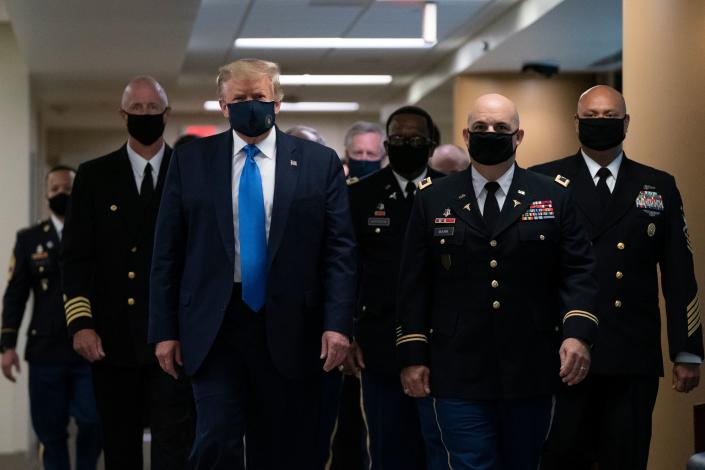 U.S. President Donald Trump wears a mask as he visits Walter Reed National Military Medical Center in Bethesda, Maryland on July 11, 2020. (ALEX EDELMAN / AFP)