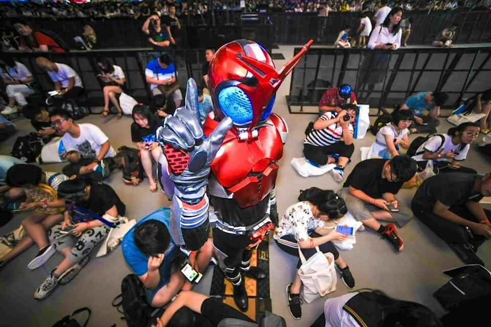 A costumed participant attending Bilibili Macro Link 2017, an annual convention of animation, comics and games (ACG), in Shanghai, Cina, on July 23, 2017. Photo: AFP