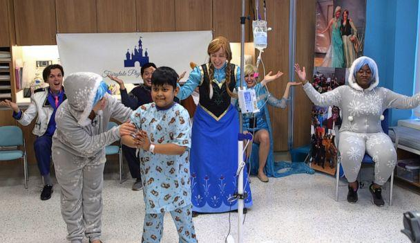 PHOTO: Physical therapists and actors teach choreography with therapeutic dance moves to children in hospitals. (ABC News)