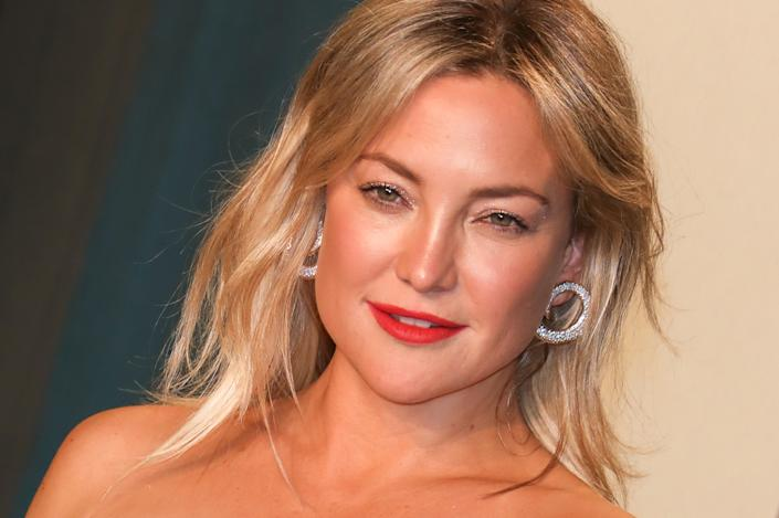 Kate Hudson is facing criticism for wearing an 'ineffective' mask. The actress is pictured at this year's Vanity Fair Oscar Party in Beverly Hills on 9 February. (Getty Images)