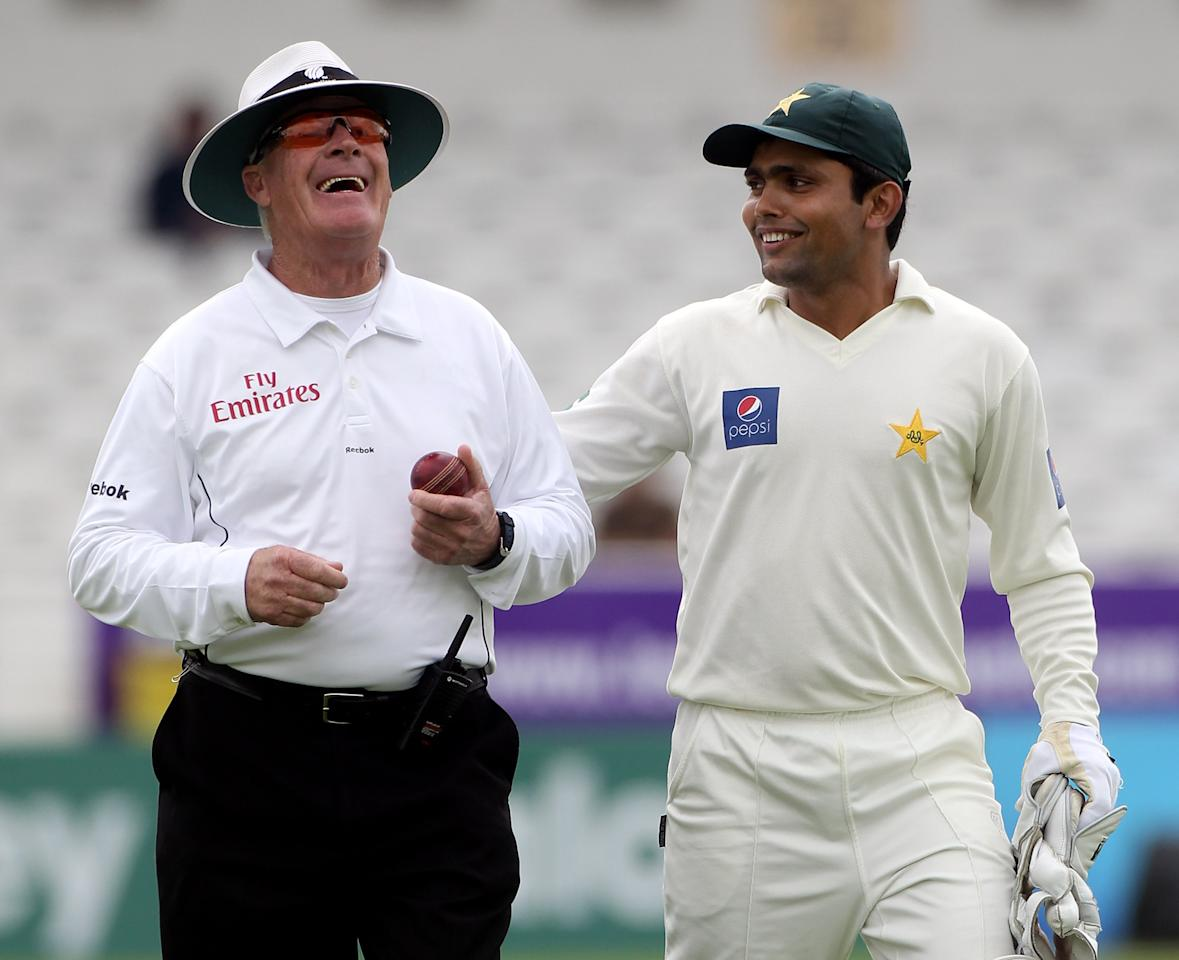 LEEDS, ENGLAND - JULY 21:  Standing in his last Test match as an umpire Rudi Koertzen leaves the field with Kamran Akmal of Pakistan at the lunch break during day one of the 2nd Test between Pakistan and Australia at Headingley Carnegie Stadium on July 21, 2010 in Leeds, England.  (Photo by Julian Herbert/Getty Images)