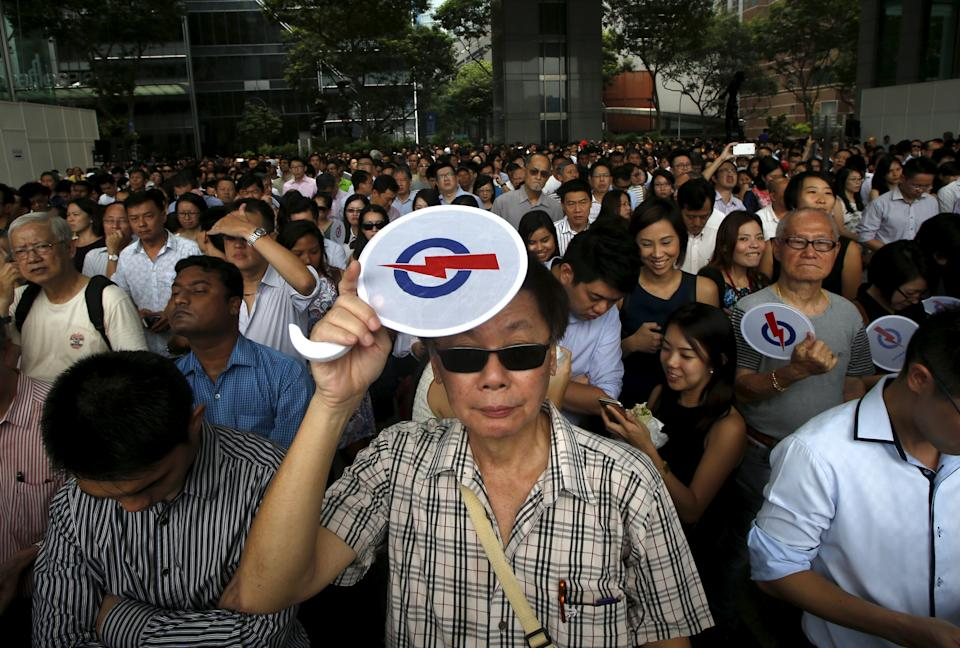 People attend a lunchtime rally by the ruling  People's Action Party (PAP) at the central business district in Singapore September 8, 2015. Singaporeans will go to the polls on September 11. REUTERS/Edgar Su