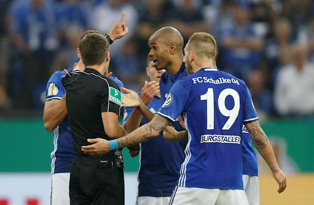 Soccer Football - DFB Cup - Schalke 04 vs Eintracht Frankfurt - Veltins-Arena, Gelsenkirchen, Germany - April 18, 2018 Schalke players remonstrate with referee Robert Hartmann REUTERS/Leon Kuegeler DFB RULES PROHIBIT USE IN MMS SERVICES VIA HANDHELD DEVICES UNTIL TWO HOURS AFTER A MATCH AND ANY USAGE ON INTERNET OR ONLINE MEDIA SIMULATING VIDEO FOOTAGE DURING THE MATCH.