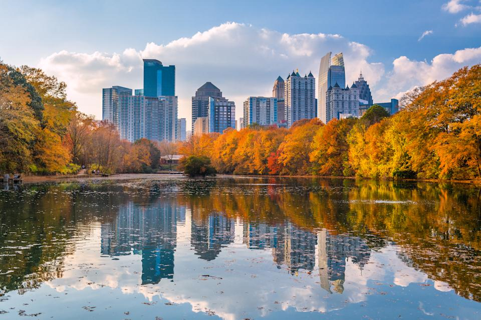 Atlanta, Georgia, USA Piedmont Park skyline in autumn on Lake meer.