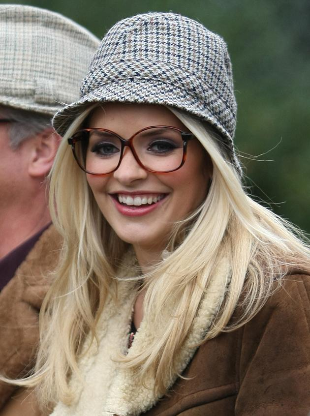Holly Willoughby donned a hat and some glasses on the set of This Morning and looked very geek chic.But with a face/body/hair like Holly's, we reckon she can pull anythin off. We repeat, no fair.