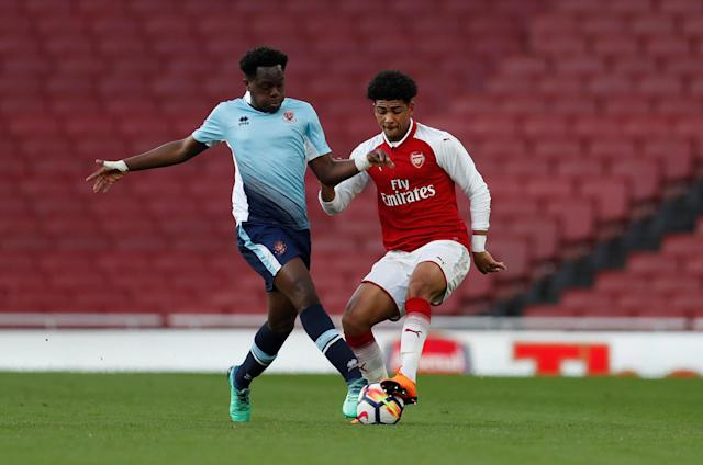Soccer Football - FA Youth Cup Semi Final Second Leg - Arsenal vs Blackpool - Emirates Stadium, London, Britain - April 16, 2018 Arsenal's Xavier Amaechi in action with Blackpool's Nana Avarkwa Action Images/Matthew Childs