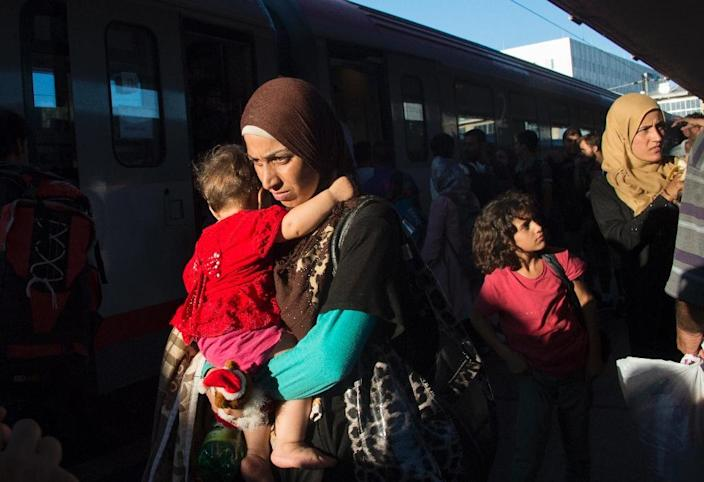 Migrants rush on the platform to make it to their German connection in Vienna's Westbahnhof railway station on August 31, 2015 (AFP Photo/Joe Klamar)