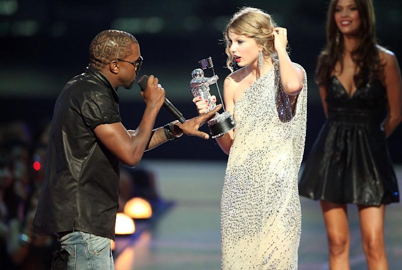 """At the 2009 MTV Video Music Awards in New York, Kanye West jumped onstage after Taylor Swift (C) won the """"Best Female Video"""" award, interrupting her speech -- and launching a feud (AFP Photo/)"""