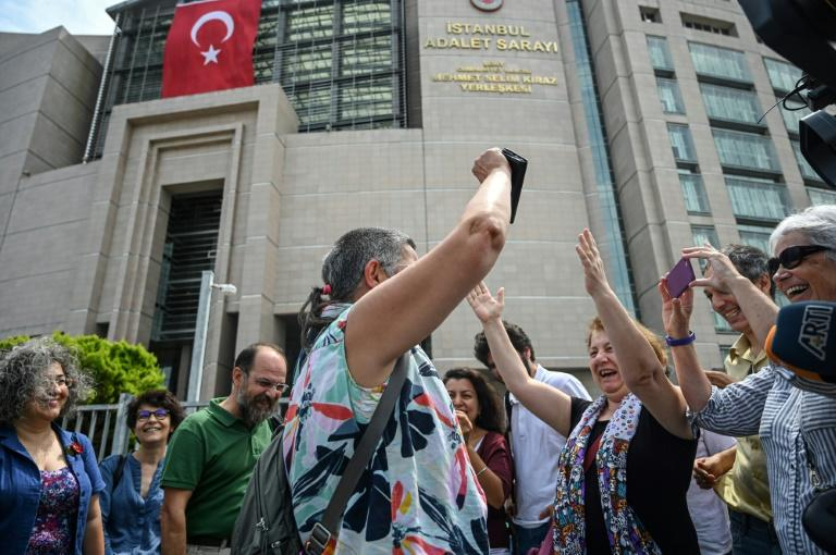 Supporters erupted into applause after the acquittal of Reporters Without Borders representative for Turkey, Erol Onderoglu and two other defendants (AFP Photo/Ozan KOSE)