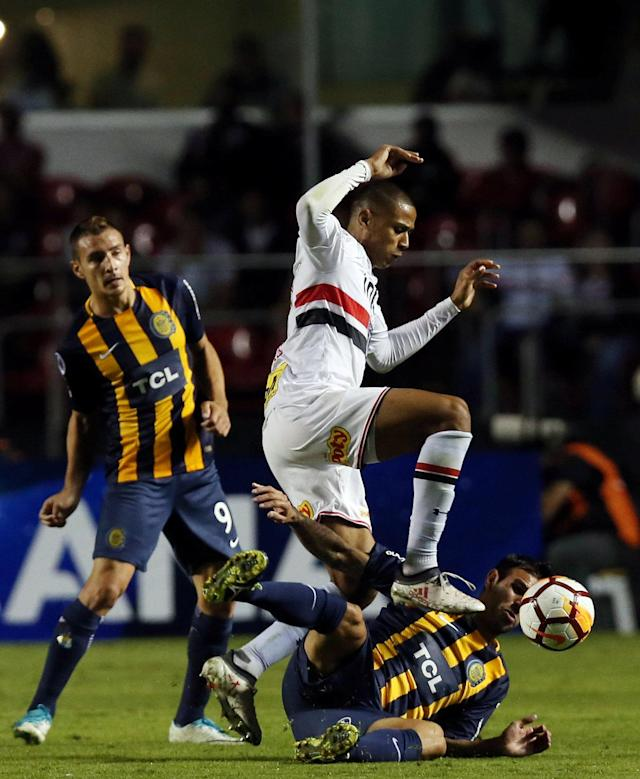 Soccer Football - Copa Sudamericana - Brazil's Sao Paulo v Argentina's Rosario Central - Morumbi stadium, Sao Paulo, Brazil - May 9, 2018 - Bruno Alves (L) of Sao Paulo and German Herrera of Rosario Central in action. REUTERS/Paulo Whitaker