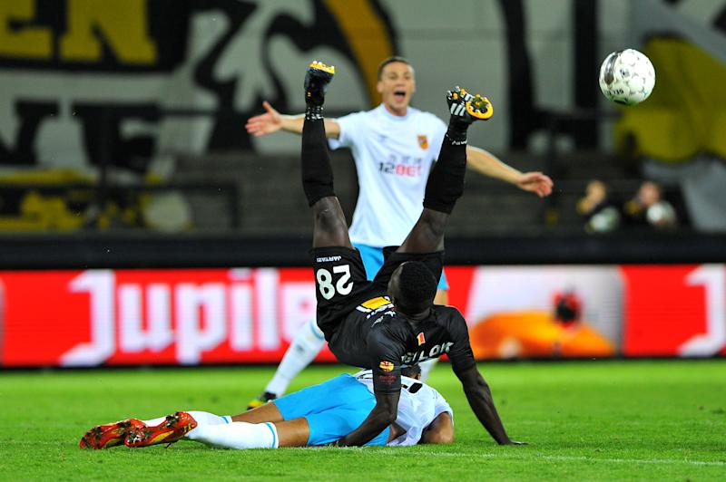 Lokeren's Evariste Ngolok (L) fights for the ball during their Europa League playoff match against Hull City, in Lokeren, on August 22, 2014 (AFP Photo/Luc Claessen)