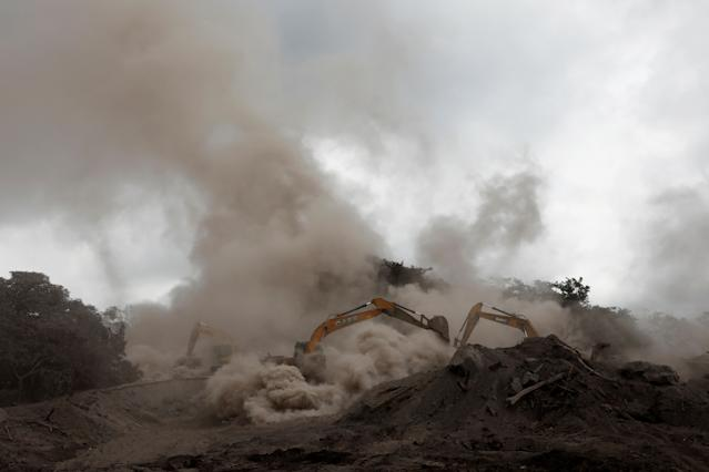 <p>Rescue workers work with excavators at an area affected by the eruption of the Fuego volcano at San Miguel Los Lotes in Escuintla, Guatemala, June 6, 2018. REUTERS/Carlos Jasso – RC1C2F761FB0 </p>