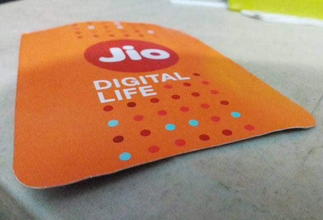 Eligible Jio subscribers who recharge their numbers on or before  November 30 can avail the offer. All active Jio users, both new and  existing, enrolled to the Jio Prime membership will be eligible for the  cash back offer.<br />