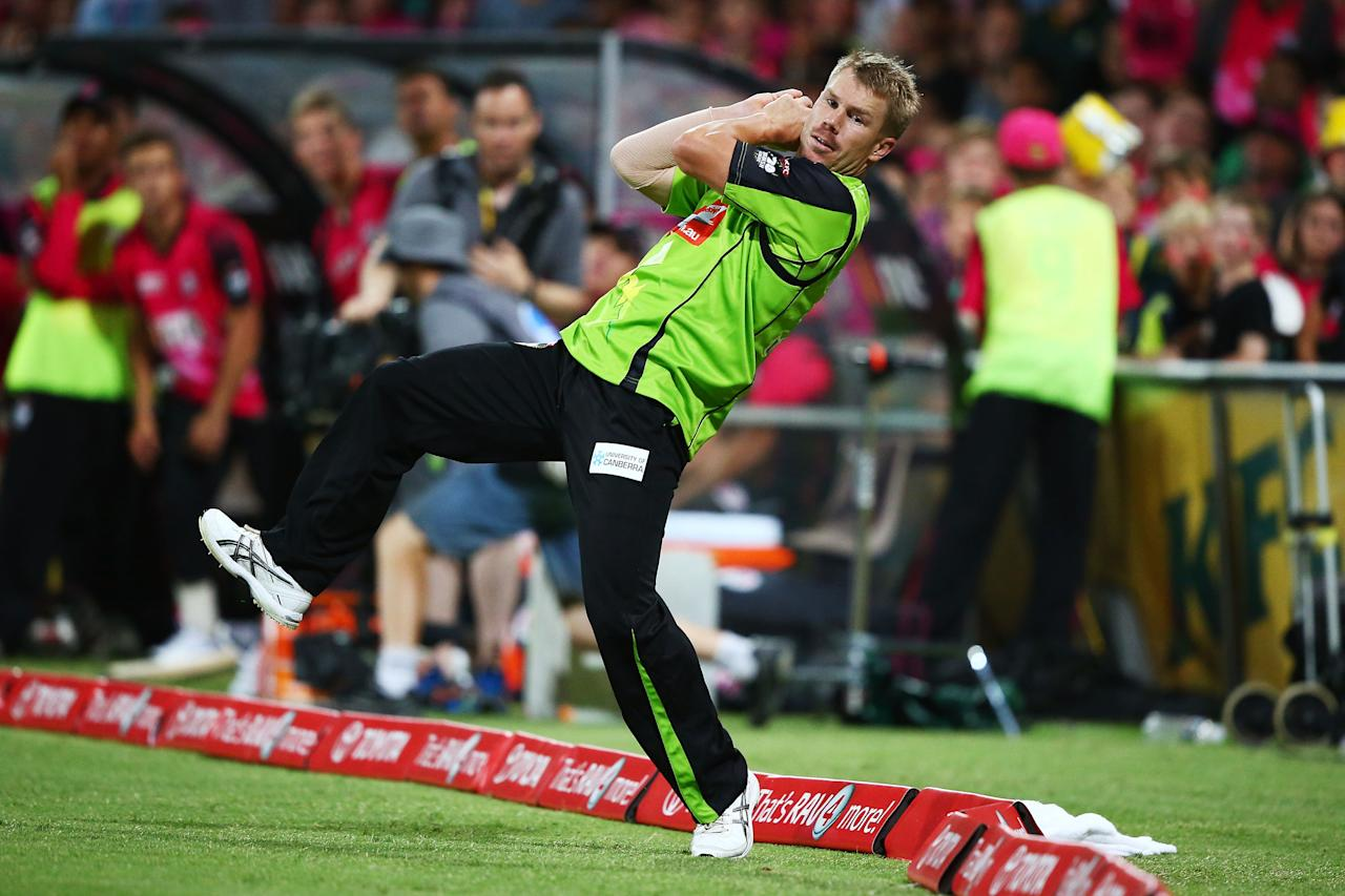 SYDNEY, AUSTRALIA - DECEMBER 21:  David Warner of the Thunder takes a catch on the boundary to dismiss Michael Lumb of the Sixers during the Big Bash League match between the Sydney Sixers and Sydney Thunder at SCG on December 21, 2013 in Sydney, Australia.  (Photo by Matt King/Getty Images)