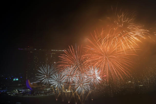 <p>Fireworks explode above Singapore's financial district at the stroke of midnight to mark the New Year's celebrations on Monday, Jan. 1, 2018, in Singapore. (Photo: Wong Maye-E/AP) </p>