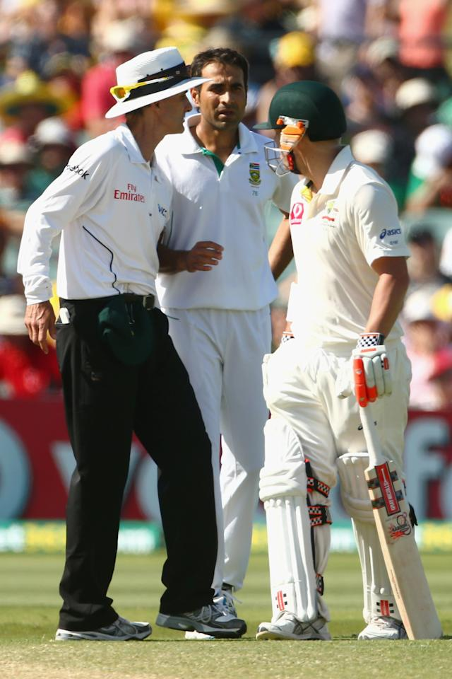 ADELAIDE, AUSTRALIA - NOVEMBER 24:  Umpire Billy Bowden steps in as Imran Tahir of South Africa and David Warner of Australia exchange words during day three of the Second Test Match between Australia and South Africa at Adelaide Oval on November 24, 2012 in Adelaide, Australia.  (Photo by Mark Kolbe/Getty Images)