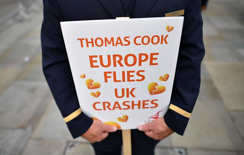 """Europa fliegt, UK crasht"": Ehemalige Thomas-Cook-Angestellte halten Plakate bei einer Demonstration. (Foto: BEN STANSALL/AFP/Getty Images)"