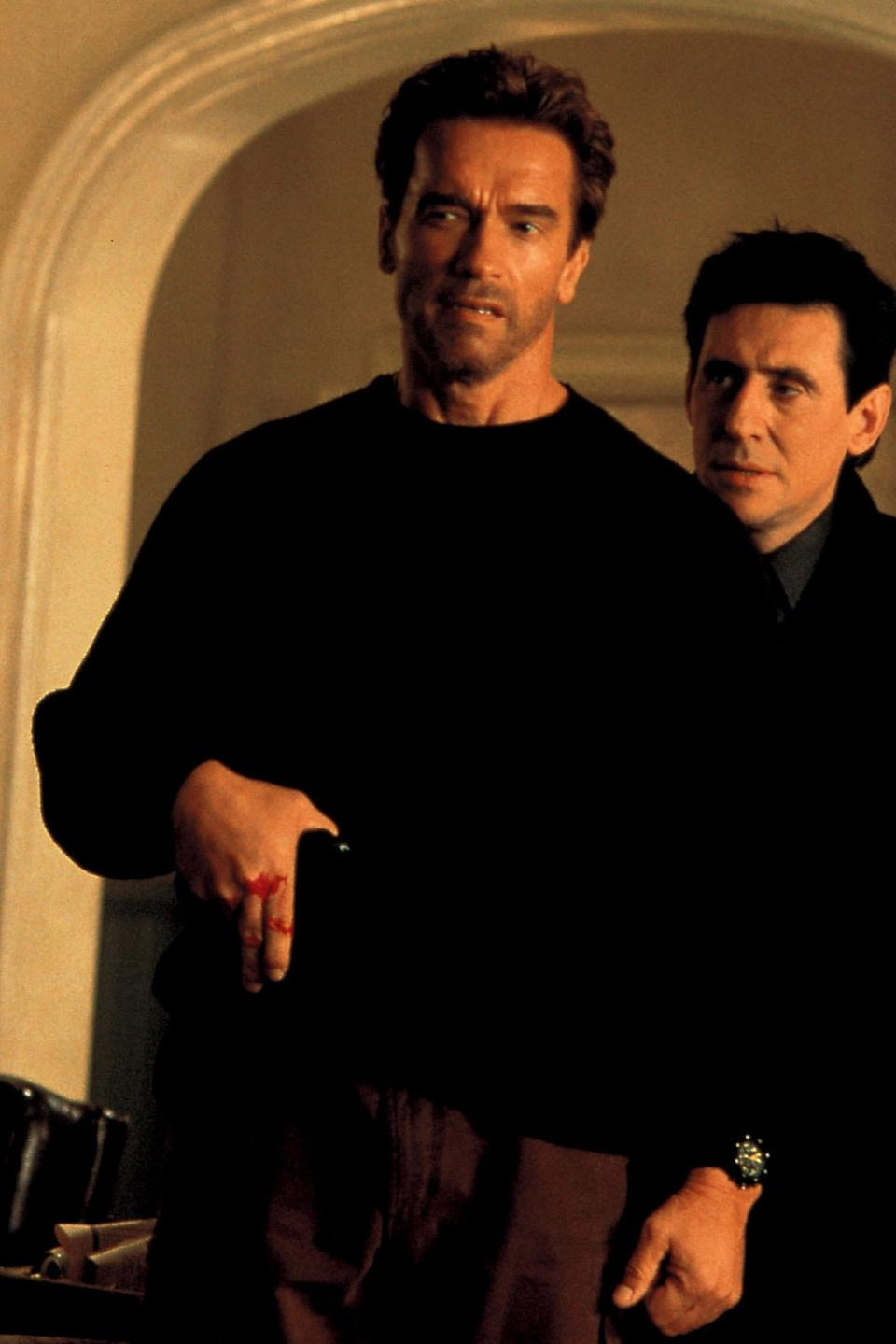 """<h1 class=""""title"""">END OF DAYS, Arnold Schwarzenegger, Gabriel Byrne, 1999. (c) MCA/Universal Pictures/ Courtesy: Evere</h1><cite class=""""credit"""">Everett Collection</cite>"""