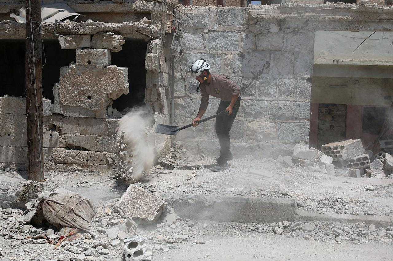 <p>A Civil defence member clears debris from the streets in Deraa, Syria July 25, 2017. (Photo: Alaa al-Faqir/Reuters) </p>