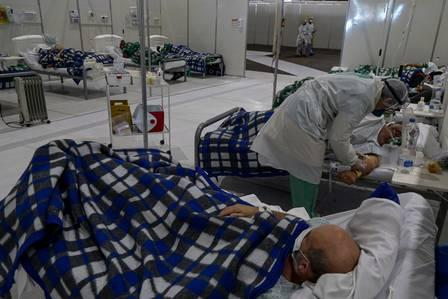 88669794_A health worker cares a COVID-19-infected patient at the intensive care unit of Anhembi eme.jpg