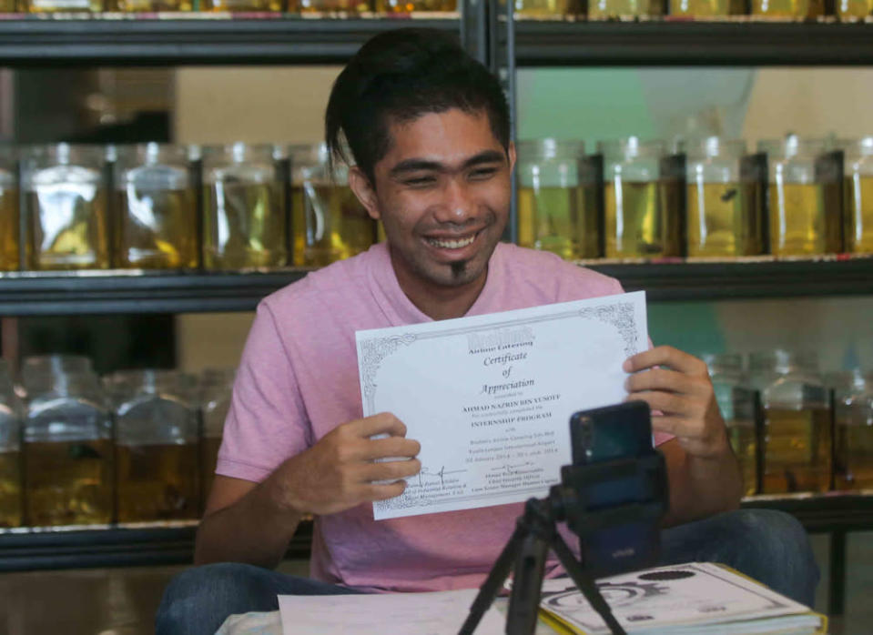 Ahmad Nazrin admitted he was a bundle of nerves after being told to attend an online interview after recently applying for the position of assistant chef in Melaka. — Picture by Farhan Najib
