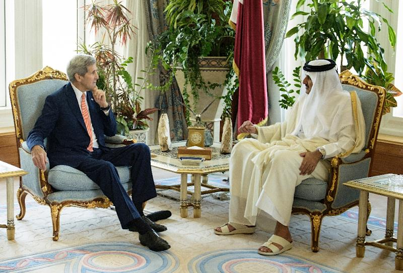 Qatar's Emir Sheikh Tamim bin Hamad al-Thani (R) talks with US Secretary of State John Kerry at the Diwan Palace on August 3, 2015 in Doha (AFP Photo/Brendan Smialowski)