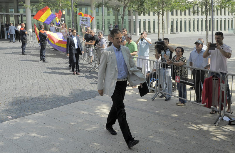 Protesters greet Spain king's son-in-law at court
