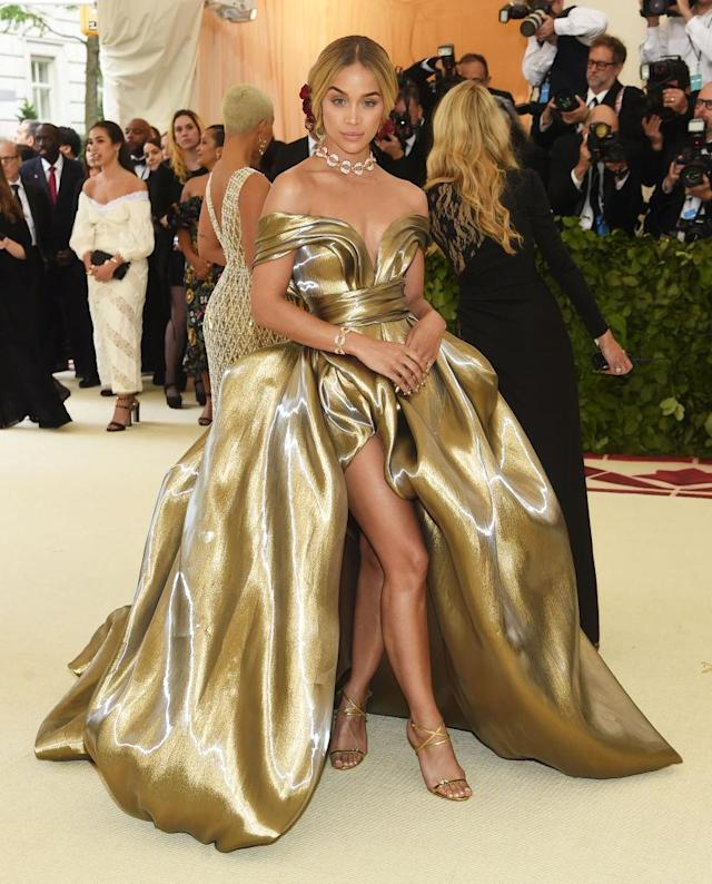 <p>The model lived up to her Golden Barbie nickname in an H&M design. (Photo: Getty Images) </p>