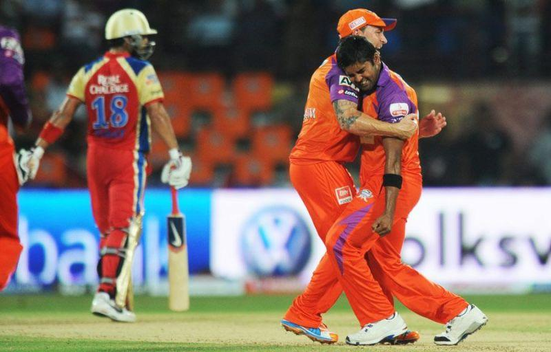 Vinay Kumar celebrating the wicket of Virat Kohli along with his Kochi Tuskers Kerala team-mates