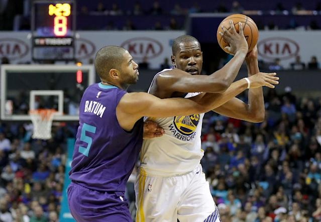 Kevin Durant of the Golden State Warriors tries to keep the ball from Nicolas Batum of the Charlotte Hornets, at Spectrum Center in Charlotte, North Carolina, on December 6, 2017 (AFP Photo/STREETER LECKA)